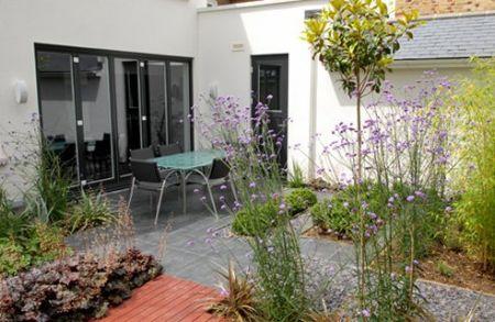 Thiết kế sân vườn đẹp mà ít cần chăm sóc, bảo quản
