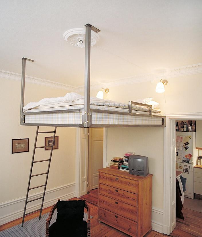 На фото кровать подвешенная к потолку.