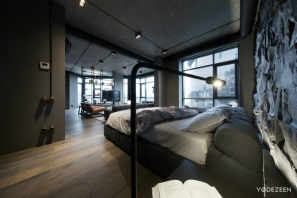 Open-plan-bedroom-overlooks-the-contemporary-living-room